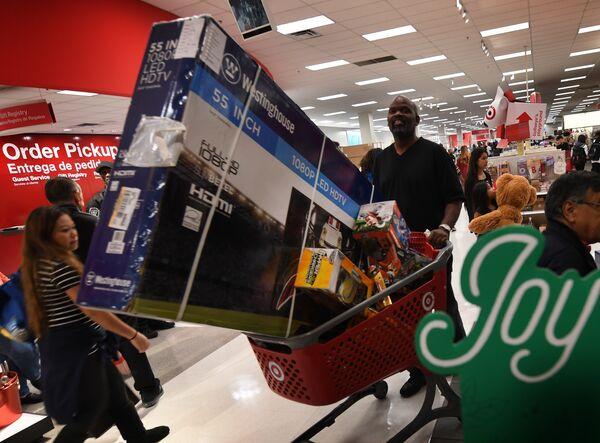 Покупатель с тележкой во время распродажи в Черную пятницу в Калвер-Сити, штат Калифорния, США