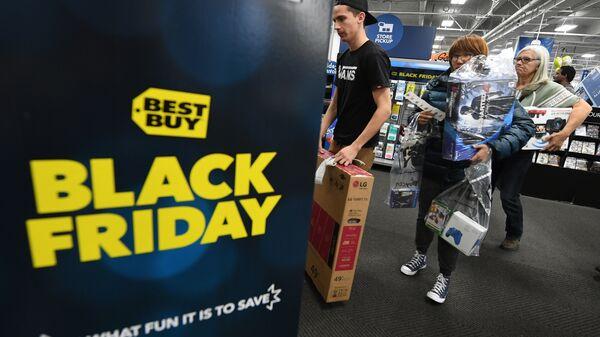 Покупатели в очереди во время распродажи в Черную пятницу в США. Архивное фото