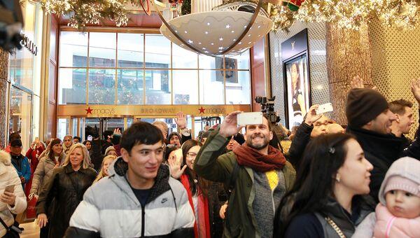 Покупатели в универмаге Macy's во время распродажи в Черную пятницу в Нью-Йорке, США