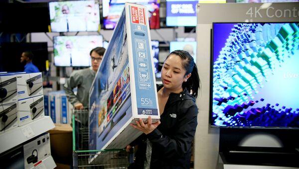 Покупательница во время распродажи в Черную пятницу в Сан-Диего, штат Калифорния, США
