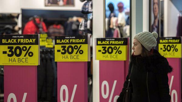 Распродажа одежды в магазине Finn Flare в ТЦ Европейский во время акции Черная пятница