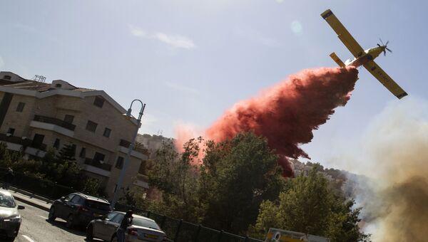 Израильский пожарный самолет во время тушения лесного пожара в городе Хайфа. 24 ноября 2016