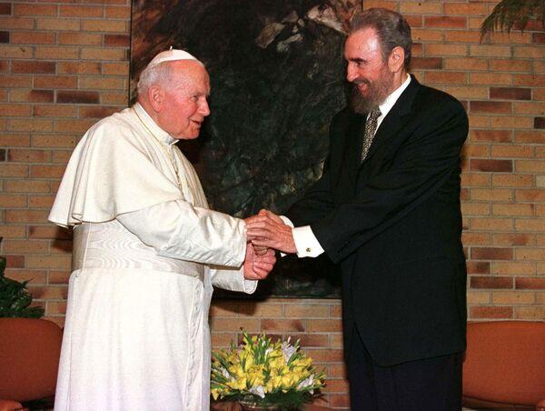 Папа Иоанн Павел II приветствует президента Кубы Фиделя Кастро во время визита в Гавану. 22 января 1998