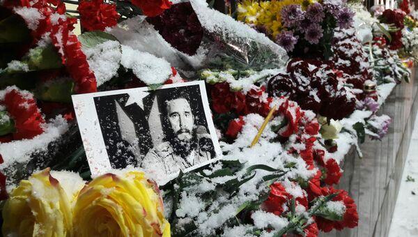Москвичи несут цветы к посольству Кубы