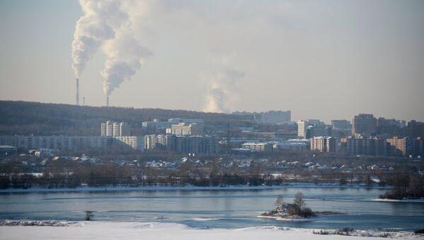 Вид на жилую застройку на левом берегу реки Ангара в городе Иркутск. Архивное фото