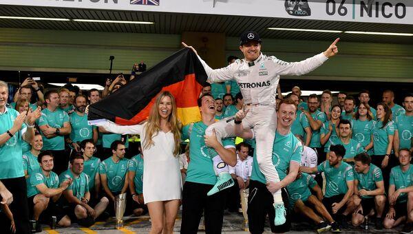 Немецкий гонщик команды Мерседес Нико Росберг празднует чемпионство Формулы-1 после Гран-при Абу-Даби. 27 ноября 2016
