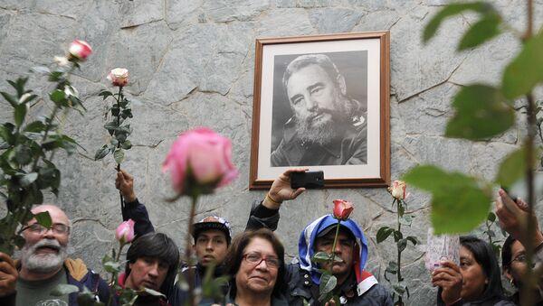 К посольству Кубы в Боготе люди несут цветы. Колумбия, 2016