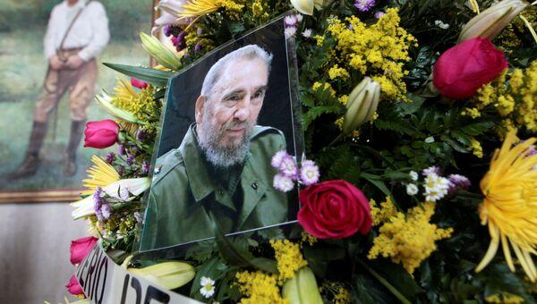 Цветы с фотографией Фиделя Кастро около Национального театра Рубен Дарио. Манагуа, 2016