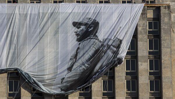 Плакат с изображением Фиделя Кастро на здании Национальной библиотеки в Гаване, Куба