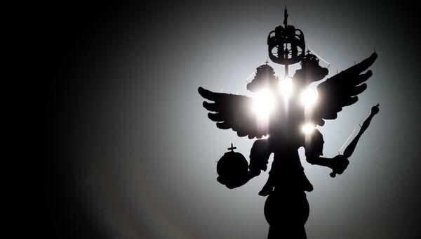 Двуглавый орел со скипетром и державой. Архивное фото