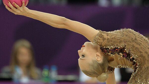 Яна Кудрявцева (Россия) выполняет упражнения с мячом на соревнованиях по художественной гимнастике на I Европейских играх в Баку