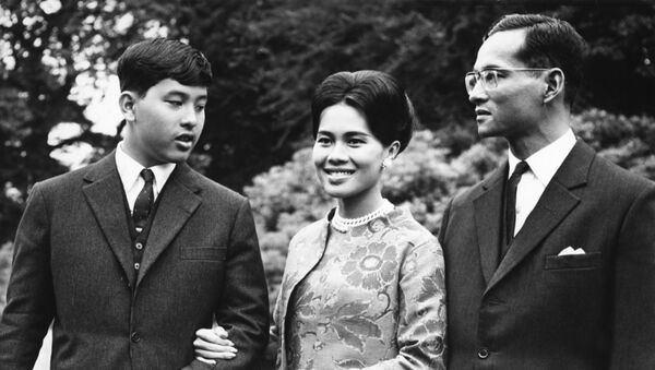 Король Таиланда Пхумипон Адульядет, королева Сирикит и наследный принц Маха Вачиралонгкорн во время своего визита в Великобританию