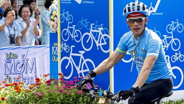 Принц Таиланда Маха Вачиралонгкорн на велосипеде в рамках Bike for Momв Бангкоке