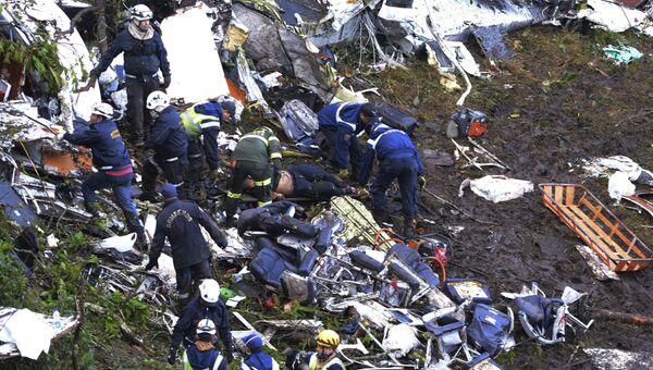 Спасатели на месте крушения самолета, разбившегося у аэропорта Jose Maria Cordova в Колумбии. Архивное фото