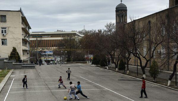 Дети играют в мяч в Ташкенте. Архивное фото