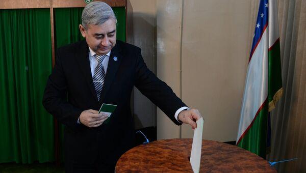 Лидер Народно-демократической партии Узбекистана Хотамжон Кетмонов голосует на избирательном участке во время выборов президента Узбекистана.