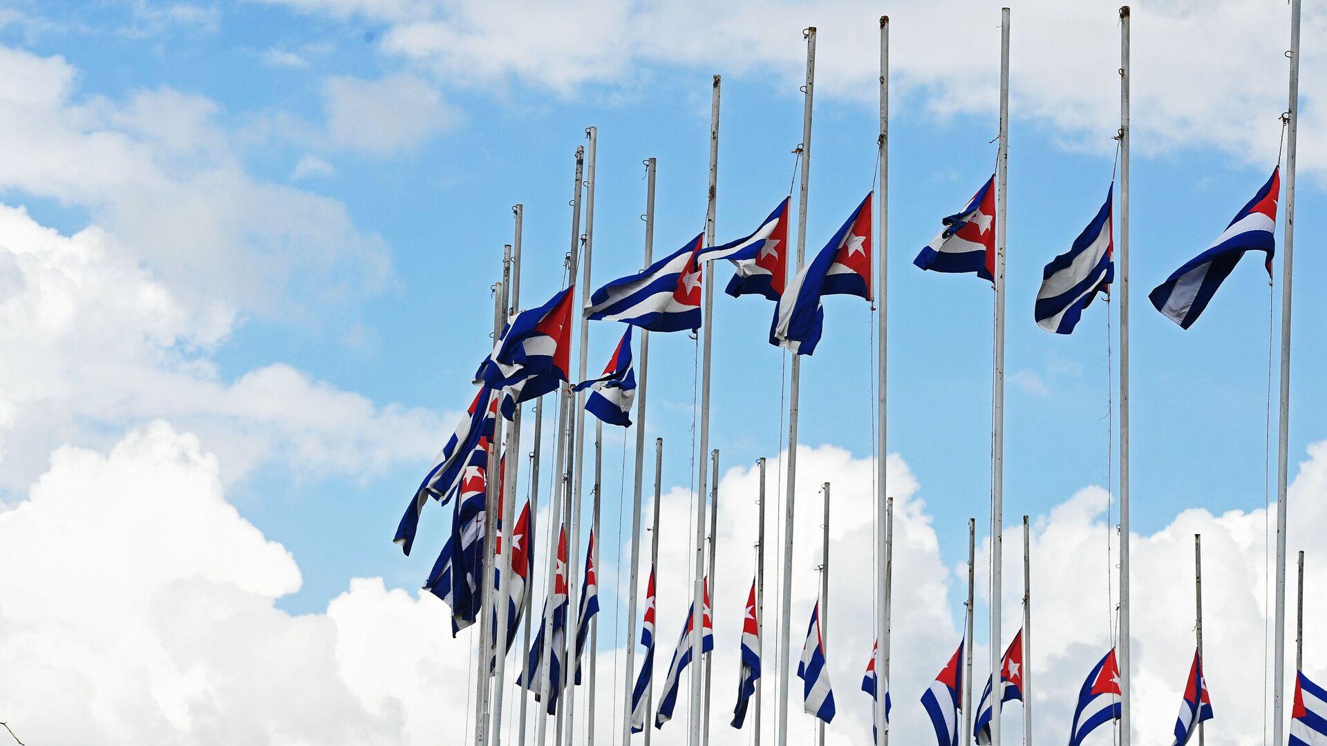 Государственные флаги Республики Куба, приспущенные в знак траура по скончавшемуся 25 ноября 2016 года лидеру кубинской революции Фиделю Кастро, в городе Сантьяго-де-Куба - РИА Новости, 1920, 12.01.2021