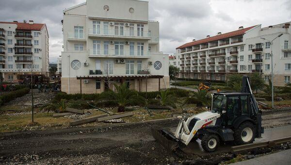 Восстановительные работы в жилом микрорайоне в Имеретинской бухте в Сочи после шторма. Архивное фото