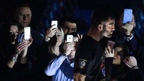 Мурат Гассиев перед началом боя за звание чемпиона мира по боксу против Дениса Лебедева. 3 декабря 2016