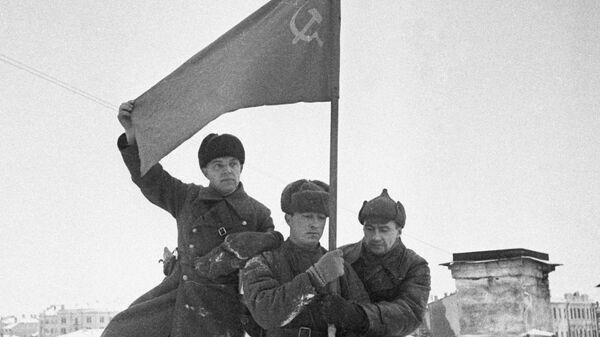 Солдаты водружают советское знамя в городе Калинин. Декабрь 1941 года