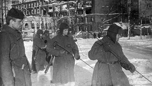 Саперы I гвардейской мотострелковой дивизии на территории прядильно-ткацкой фабрики в Наро-Фоминске. 27 декабря 1941 года