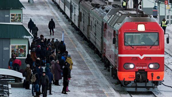 Пассажиры на платформе. Архивное фото