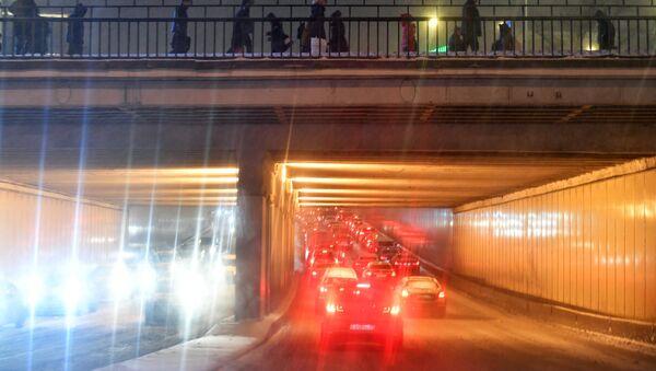 Автомобильное движение в Москве во время снегопада