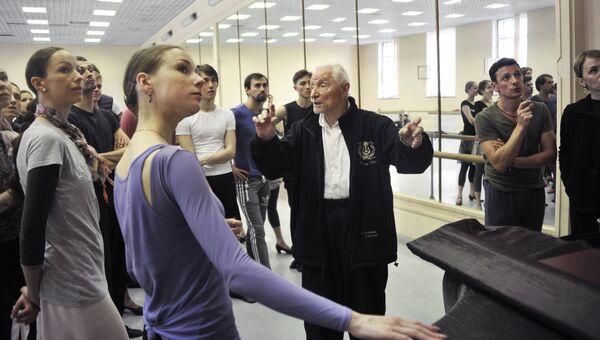 Юрий Григорович во вермя репетиции балета Каменный цветок в Мариинском театре