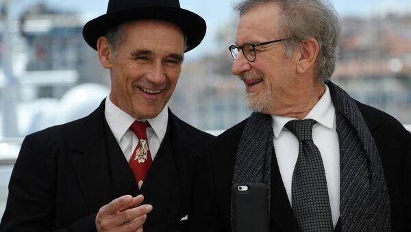 Режиссер Стивен Спилберг и актер Марк Райлэнс на 69-м Каннском кинофестивале, 14 мая 2016