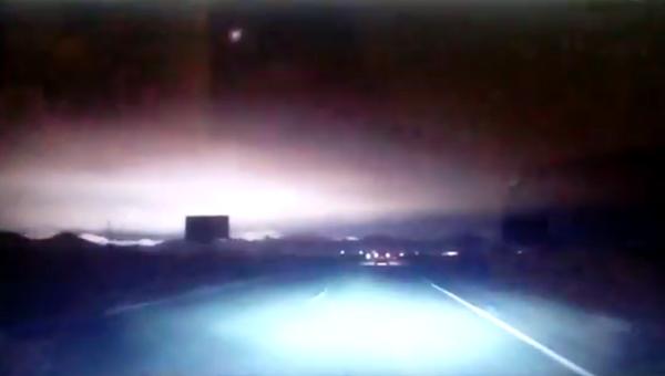 Стоп-кадр с видеорегистратора, запечатлевшего вспышку в небе над Саяногорском