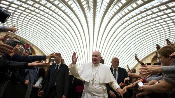 Папа римский Франциск в Зале Павла VI в Ватикане