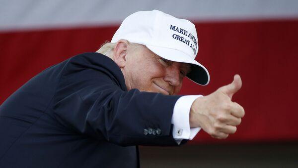 Дональд Трамп обращается к сторонникам на митинге в Майами, штат Флорида