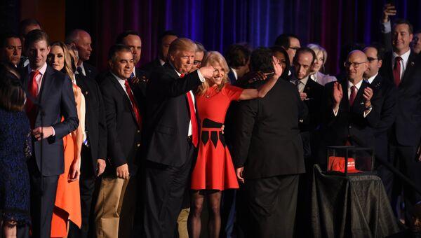 Республиканский кандидат в президенты Дональд Трамп со сторонниками. 9 ноября 2016 год