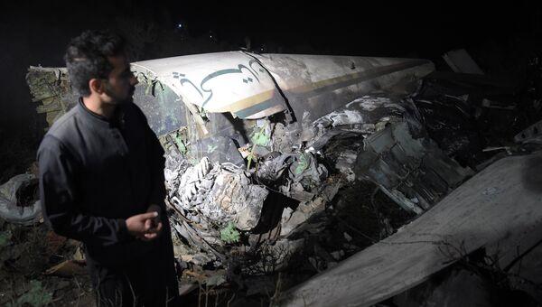 Местный житель на месте крушения самолета авиакомпании PIA недалеко от Абботтабада, Пакистан