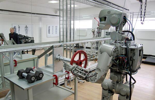 Испытание антропоморфного робота Федор проекта Спасатель в лаборатории на базе научно-производственного объединения Андроидная техника в Магнитогорске