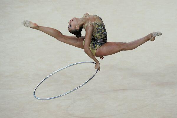 Маргарита Мамун (Россия) выполняет упражнения с обручем в индивидуальном многоборье на чемпионате Европы по художественной гимнастике в израильском Холоне