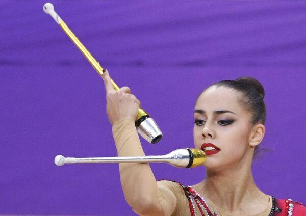 Маргарита Мамун (Россия) выполняет упражнение с булавами на турнире Гран-при Москвы по художественной гимнастике