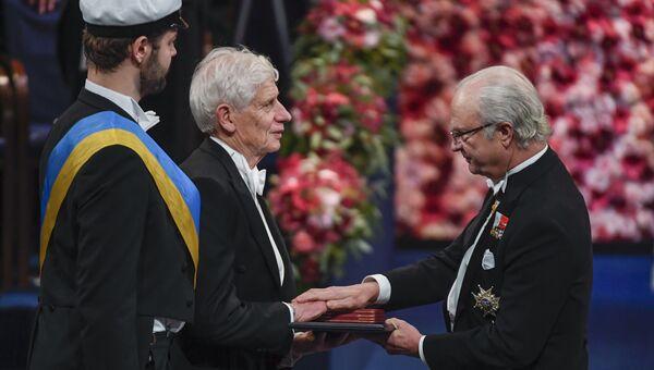 Дэвид Таулесс получает Нобелевскую премию по физике от короля Швеции Карла XVI Густава в Стокгольме