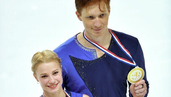 Евгения Тарасова и Владимир Морозов, занявшие 1-е место в парном катании в финале Гран-при в Марселе, на церемонии награждения