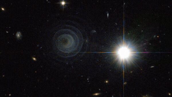 Необычная двойная звезда LL Пегаса и окружающая ее туманность (справа). Архивное фото
