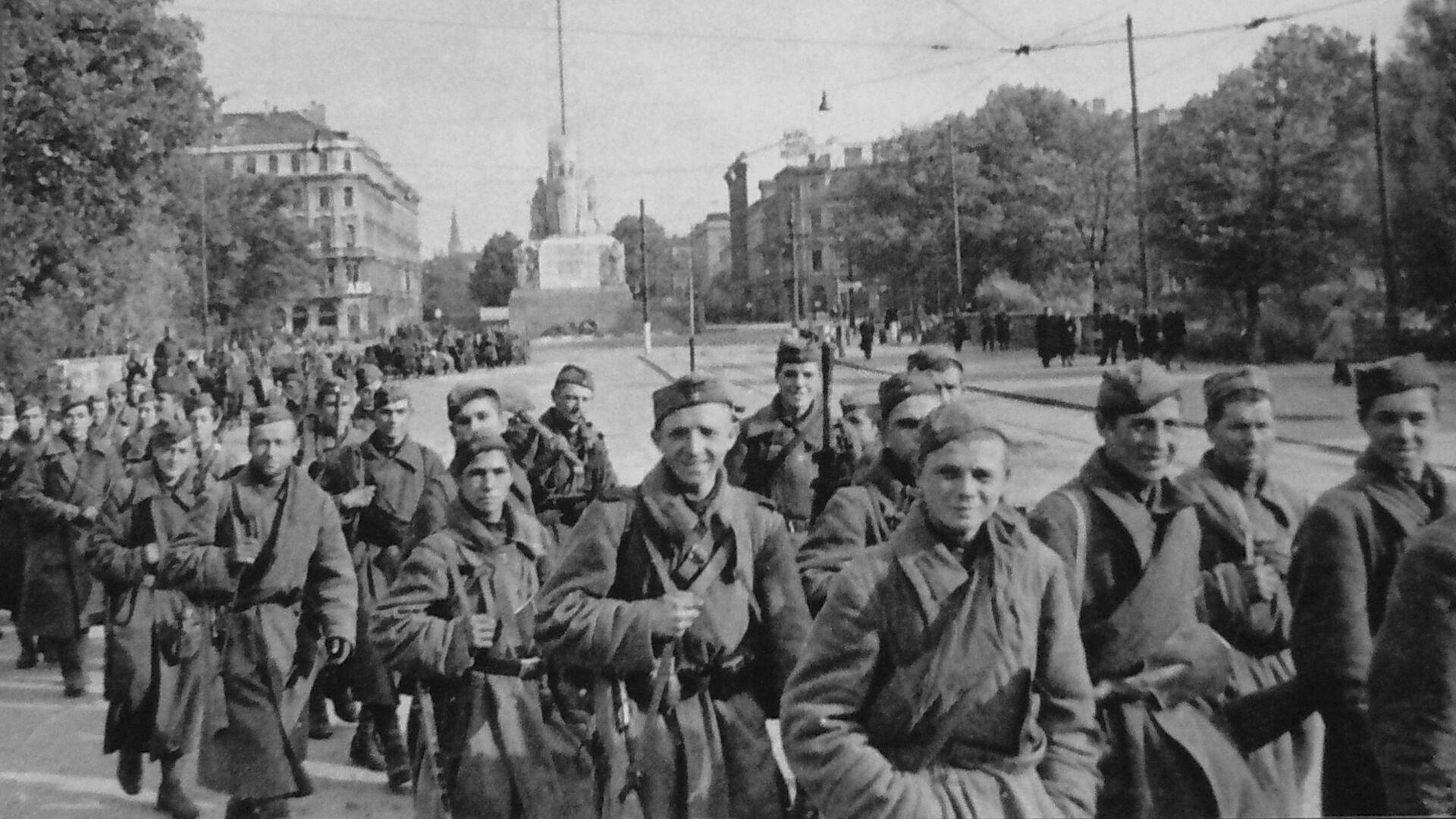 Бойцы 130-го Латышского стрелкового корпуса Красной Армии в освобожденной Риге. 15 октября 1944 года - РИА Новости, 1920, 04.06.2021