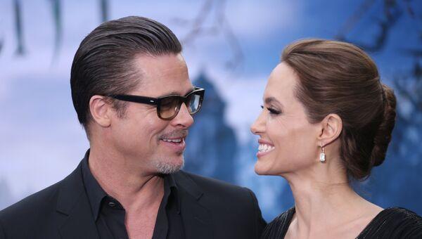 Голливудские актеры Анджелина Джоли и Брэд Питт в Лондоне. Архивное фото