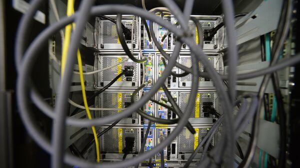 Провода в серверной комнате. Архивное фото