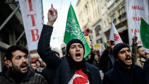 Участники антироссийской акции в Стамбуле, Турция. 14 декабря 2016