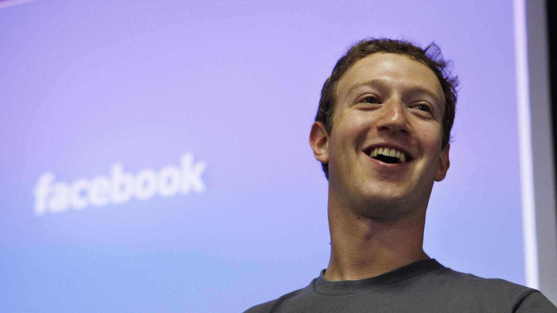 Глава Facebook Марк Цукерберг в штаб-квартире Facebook в Пало-Альт, США - РИА Новости, 1920, 14.05.2021