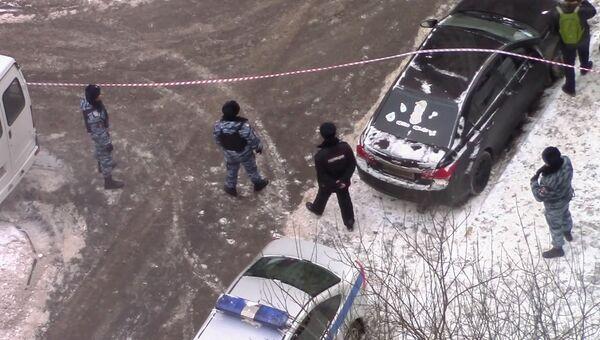 Сотрудники правоохранительных органов у места задержания ФСБ РФ диверсионно-террористической группы в Москве