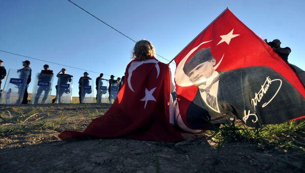 Флаг Турции с портретом Мустафы Кемаля Ататюрка. Архивное фото