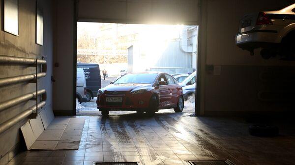 Автомобиль выезжает из сервисного центра