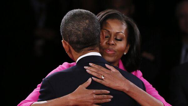 Мишель Обама обнимает своего мужа Барака Обаму. 2012 год