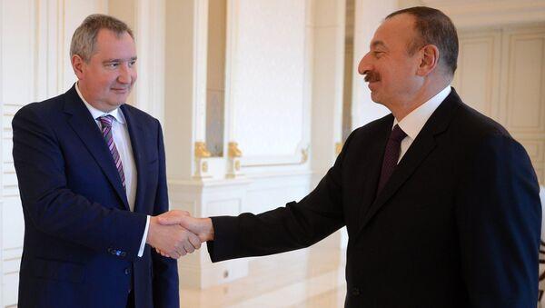 Заместитель председателя правительства РФ Дмитрий Рогозин и президент Азербайджана Ильхам Алиев во время встречи в Баку